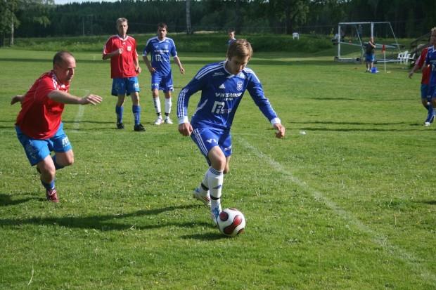 Här hängde inte Älgå-tränaren Daniel Andersson riktigt med Henrik Bôrren Magnusson, men det var ändå veteranerna som tog hem segern med 3-2.