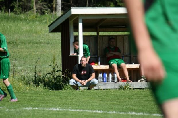 Den uppmärksamma åskådaren kunde notera att fjolårets Älgå-tränare Stig Pettersson nu återfanns i motsvarande roll hos motståndarlaget.