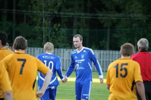 Martin Theodorsson gratuleras efter att ha bombat in 3-1 till Älgå.
