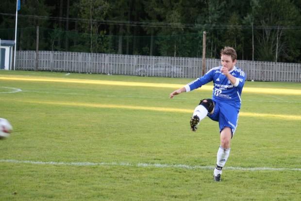 Martin Karlsson gör 4-1 till Älgå i samband med en hörna.