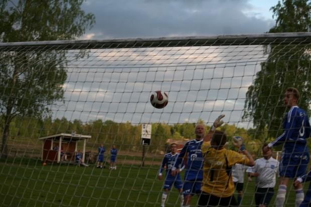 Martin Karlssons raket från mittlinjen var en kopia av förra lördagens mål i U-lagets match mot Brunskog.